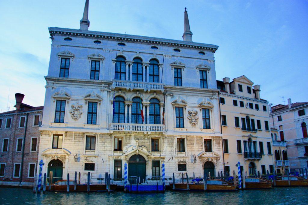 大運河に面した立派な建物