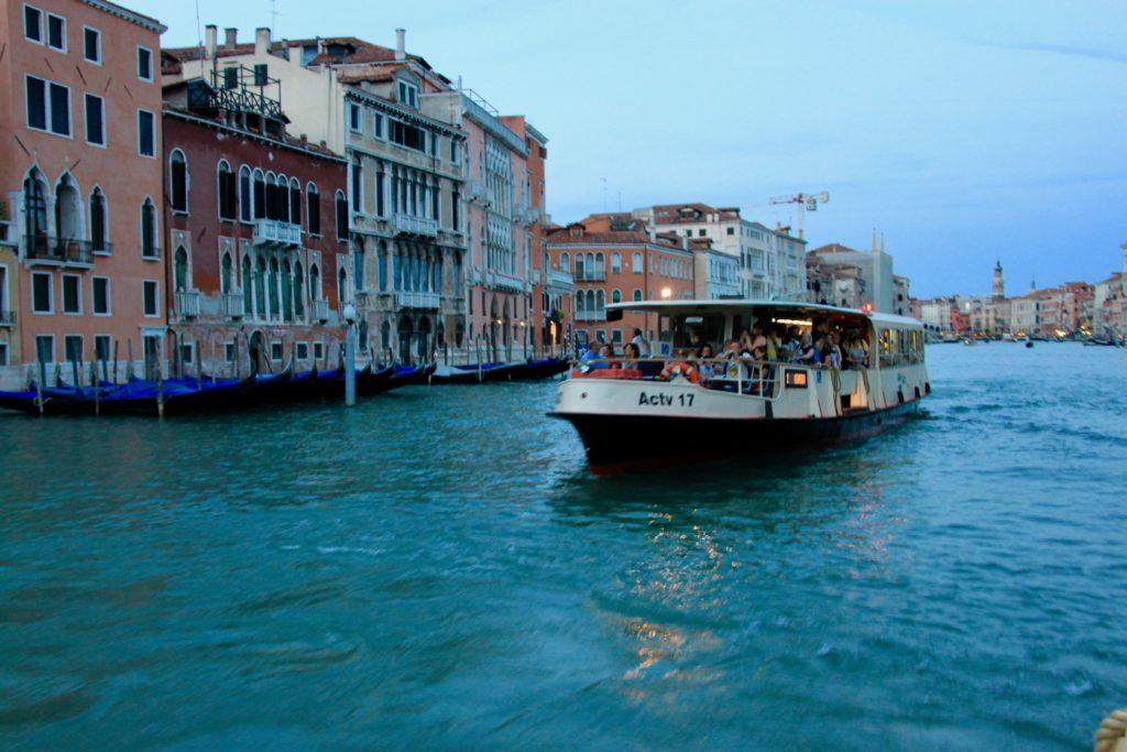 夕暮れの大運河でヴァポレットとすれ違う