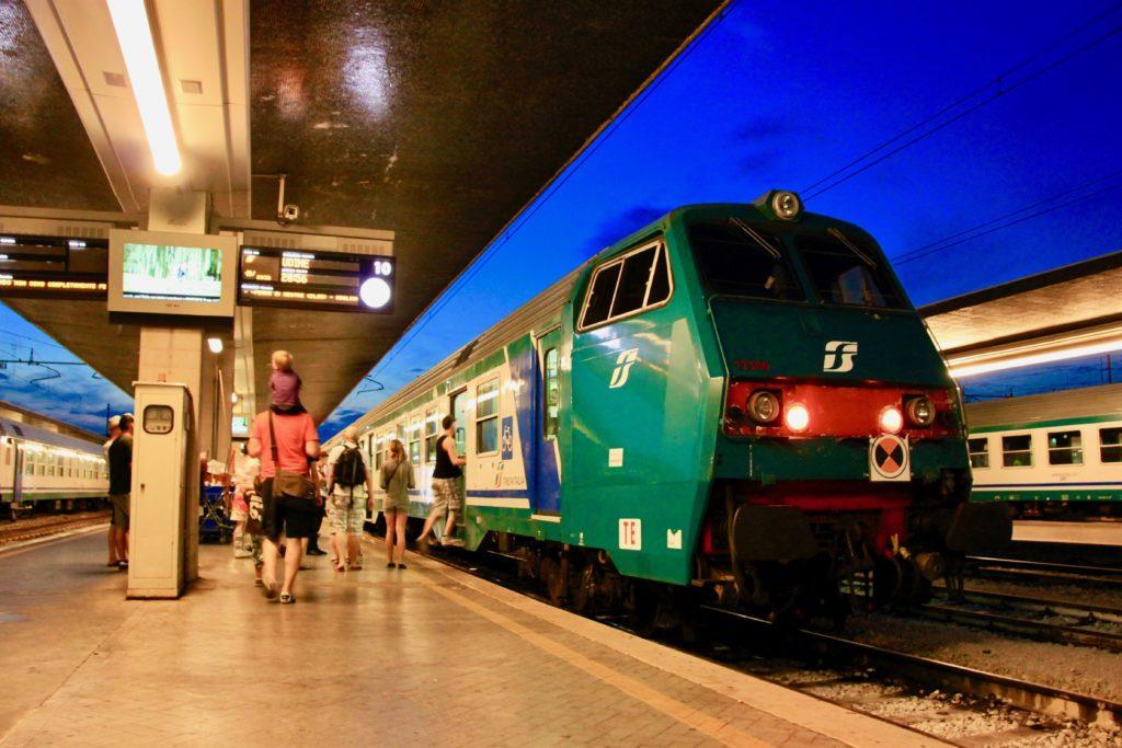 サンタルチア駅のホームで電車