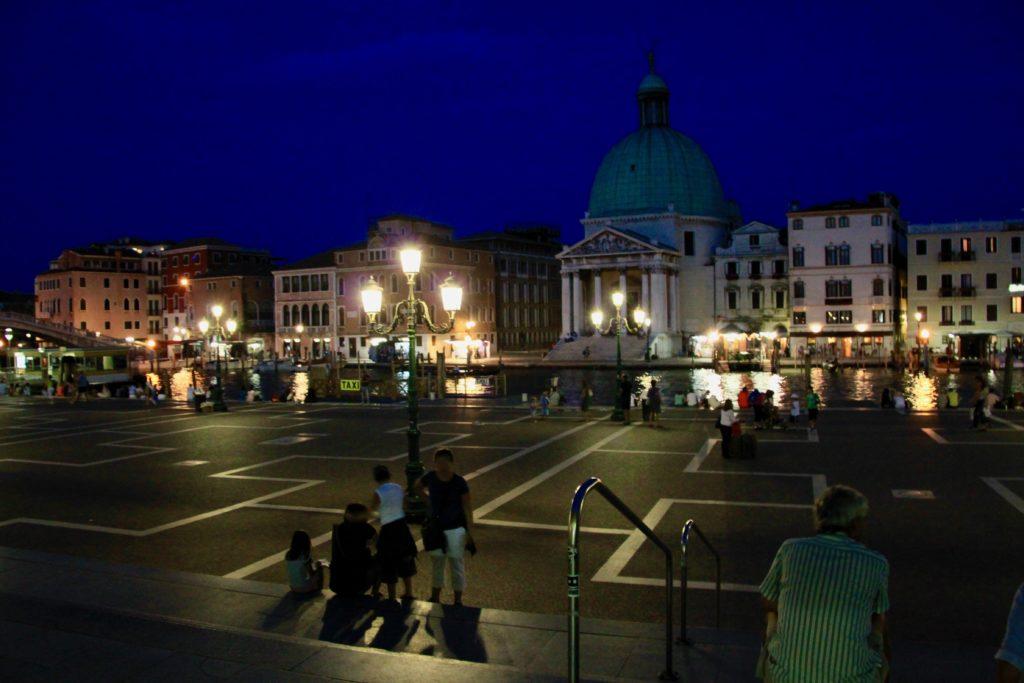 サンタルチア駅前広場の夜景
