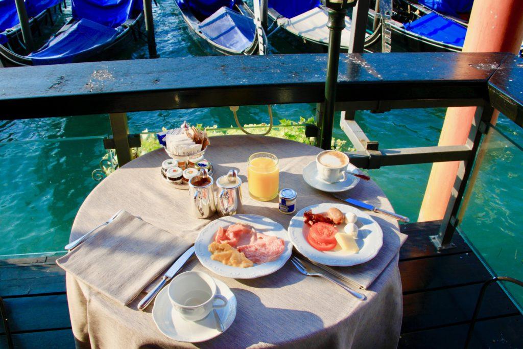 運河に面したテーブル席に乗った朝食