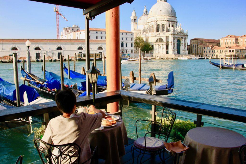 大運河に面した特等席で朝食を食べる次男