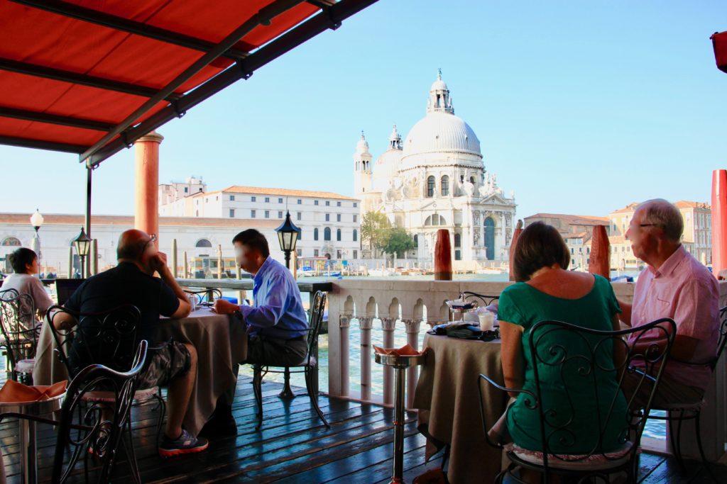 サンタ・マリア・デッラ・サルーテ聖堂を眺めながら食事を楽しむゲストたち