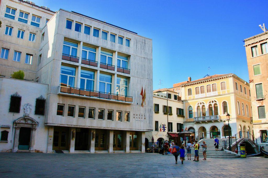バウアーパラッツォロ玄関前の広場