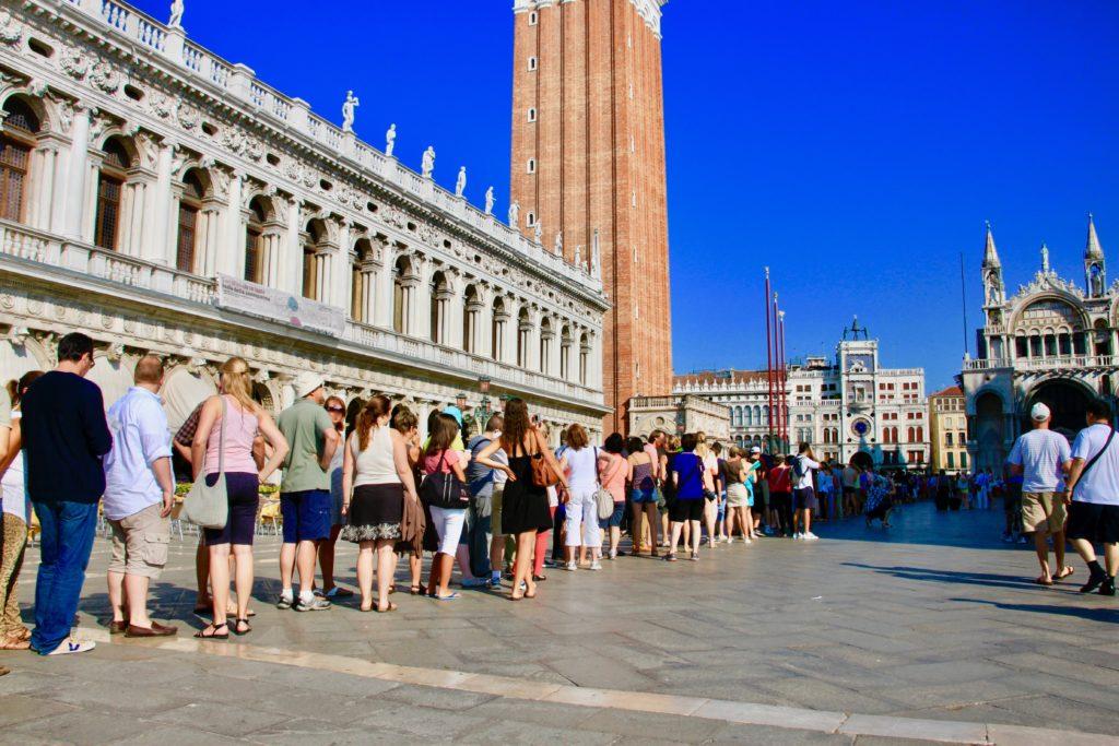 ベネチア鐘楼に並ぶ観光客の列