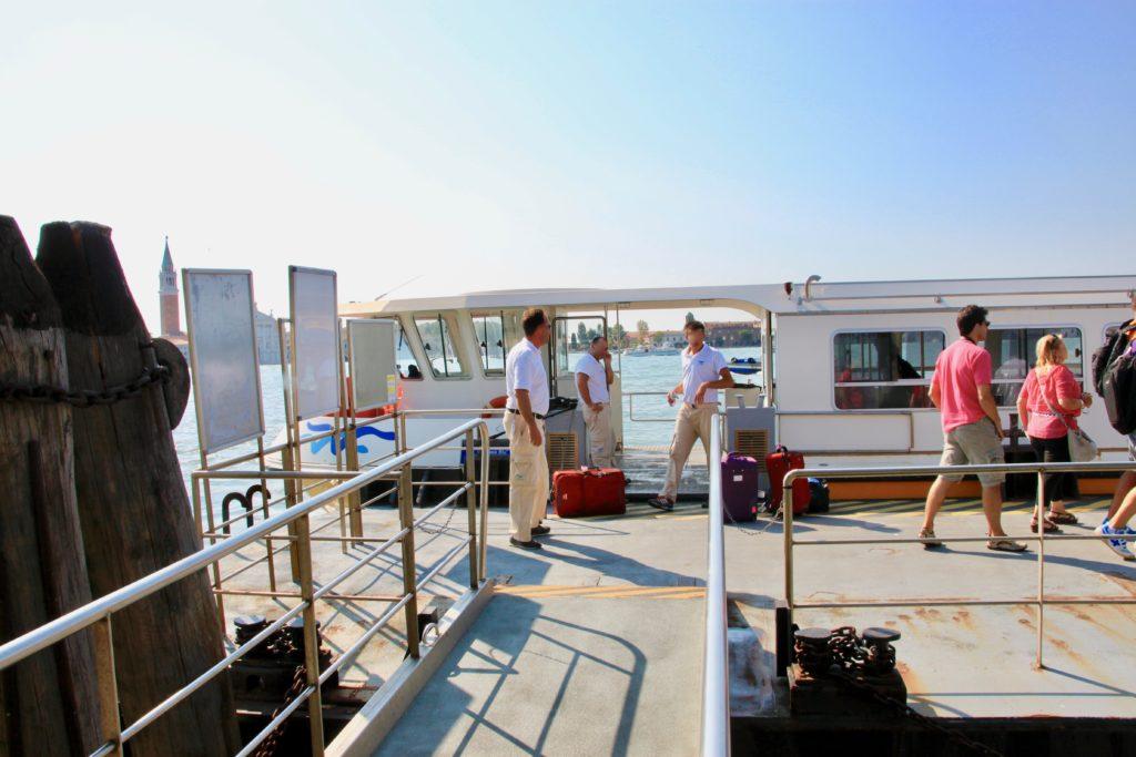 桟橋に停泊する水上バス