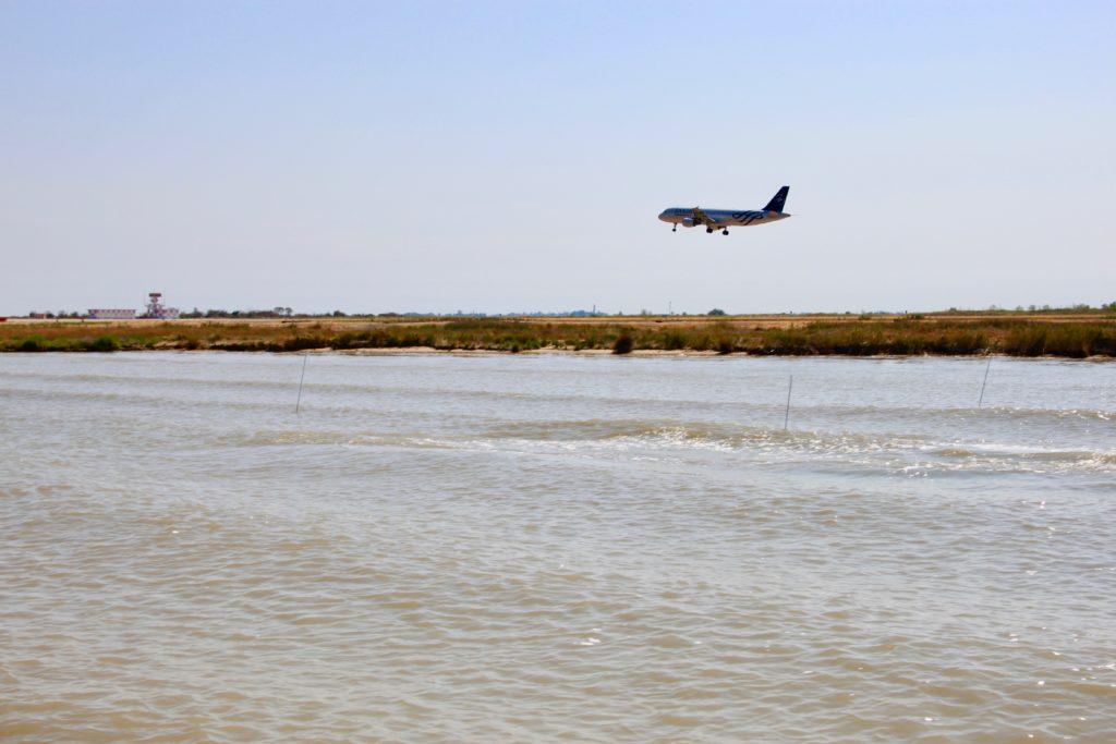 ベネチア・マルコポーロ空港の滑走路に着陸する飛行機