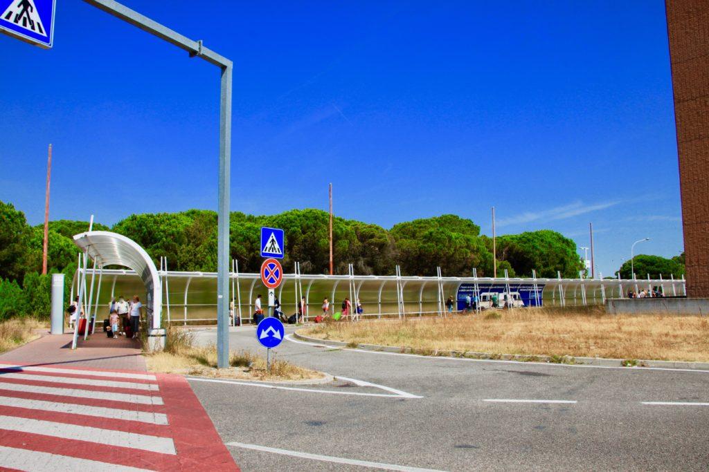 空港ターミナルへ続く歩道