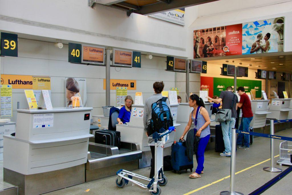 ルフトハンザ航空ビジネスクラスのチェックインカウンター