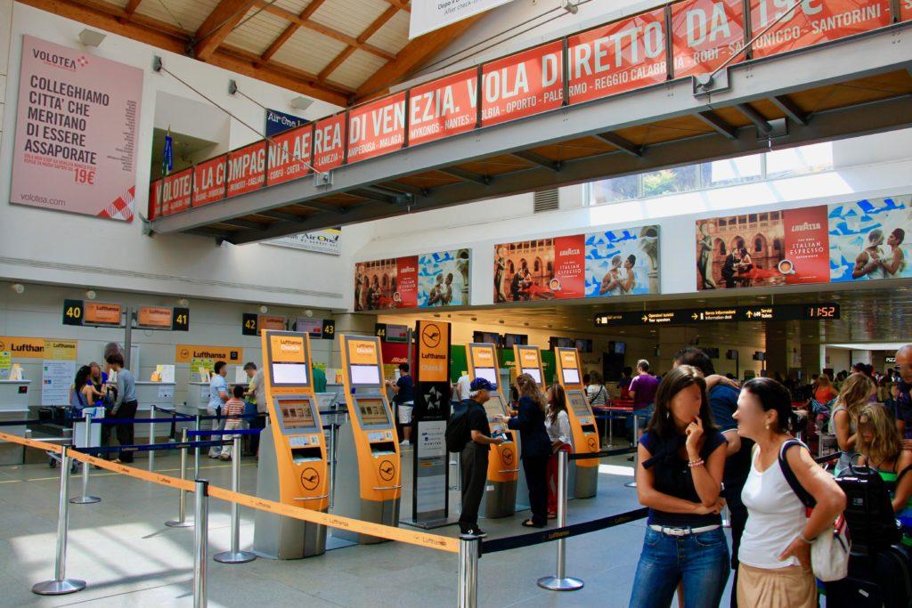 ベネチア空港の搭乗手続カウンター