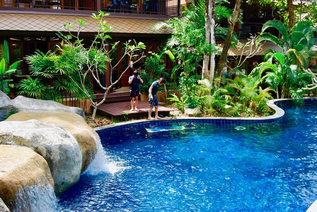 客室のバルコニーからプールに入る子供たち