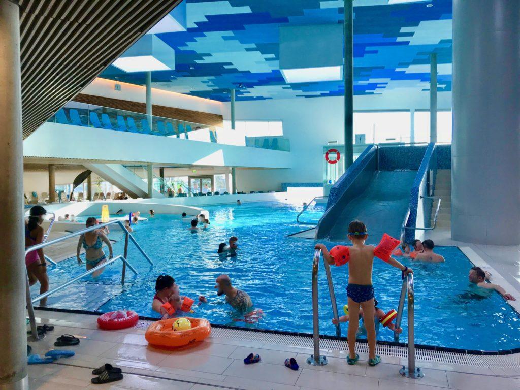 テルメウィーンの屋内プールで遊ぶ子供たち