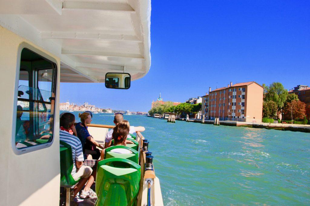 ヴァポレットから眺めるベネチアの運河