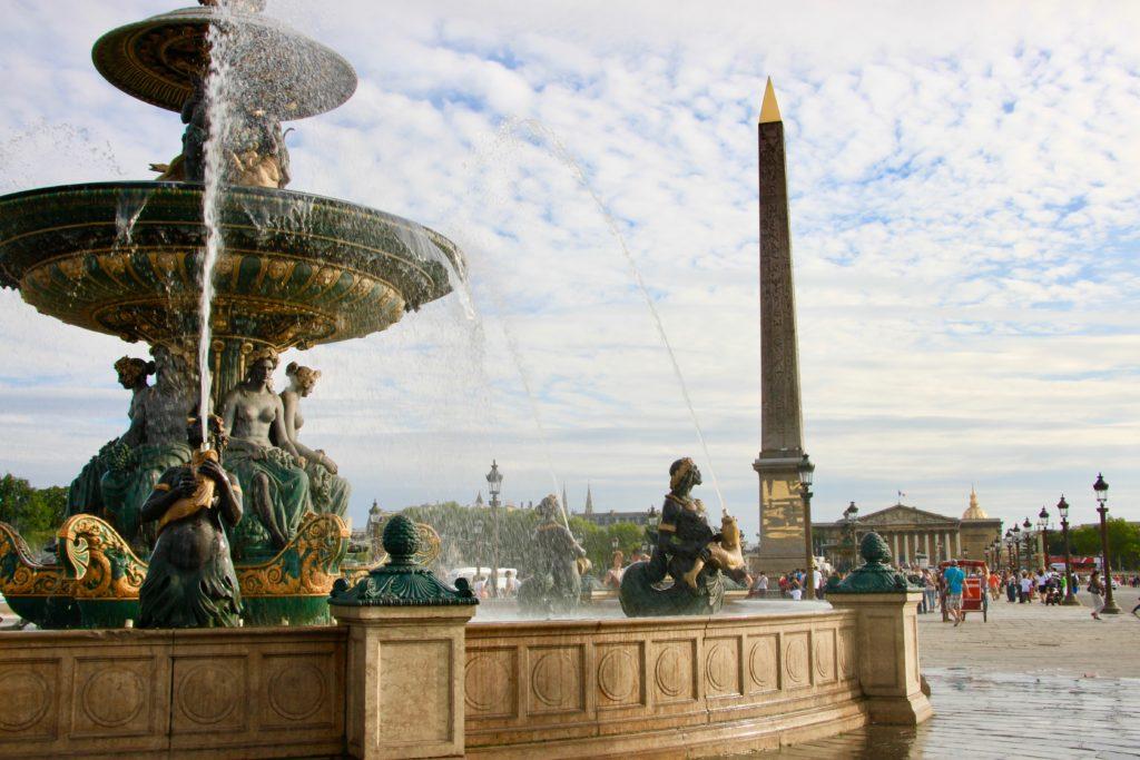 コンコルド広場の噴水とオベリスクとブルボン宮殿
