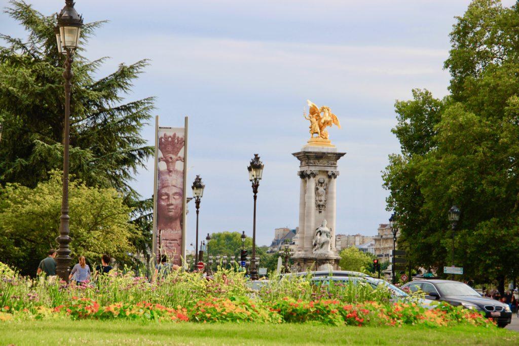 アレクサンドル3世橋の北側にあるラ・レーヌ公園から見た黄金のペガサス像