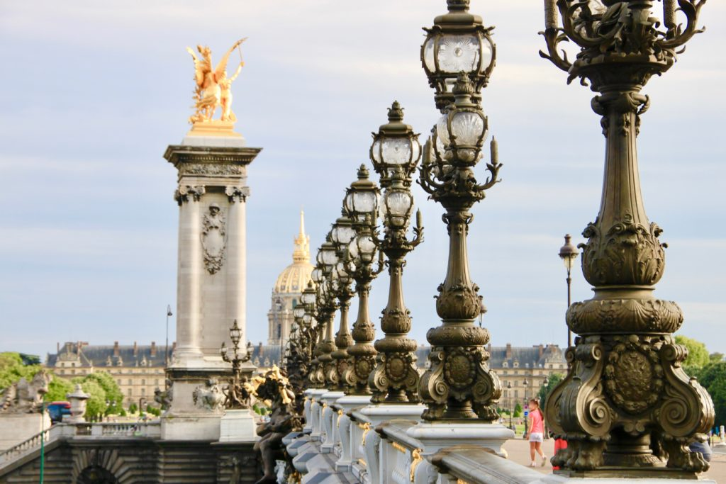 橋の欄干に並ぶアルヌーヴォーの街灯とペガサス像
