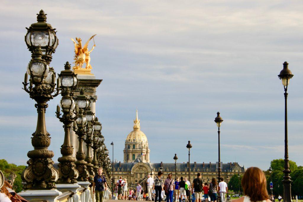 アレクサンドル3世橋とナポレオンが眠るアンヴァリッドの黄金のドーム