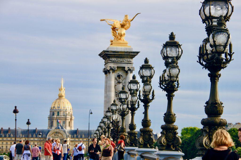 橋の欄干に並ぶアルヌーヴォーの街灯とペガサス像とアンヴァリッドの黄金のドーム