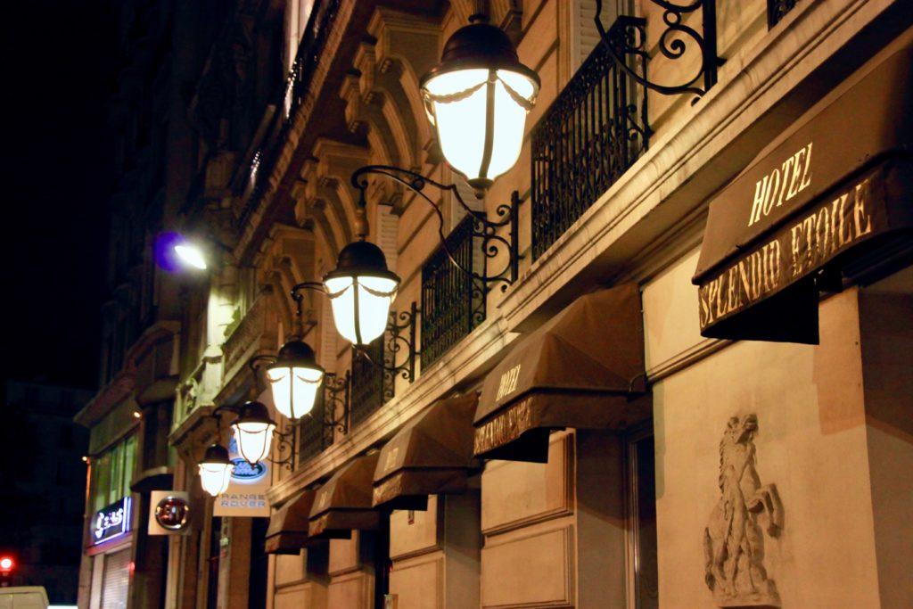 夜のホテルエントランス
