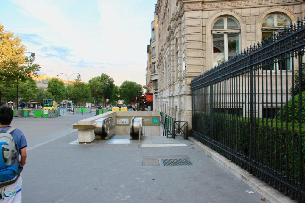 地下鉄シャルル・ド・ゴールエトワール駅の入り口