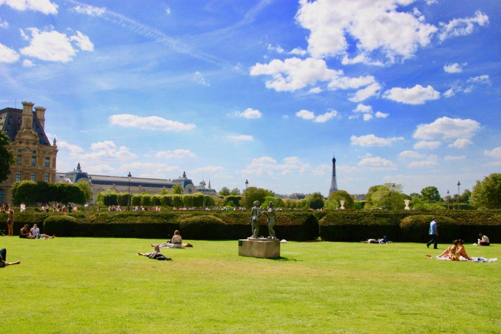 チュイルリー公園から見えるエッフェル塔とオルセー美術館、ルーブル美術館