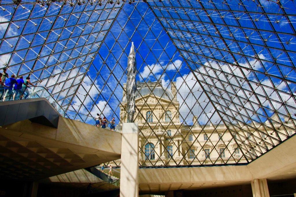 ガラスのピラミッドの内側から見える眺め