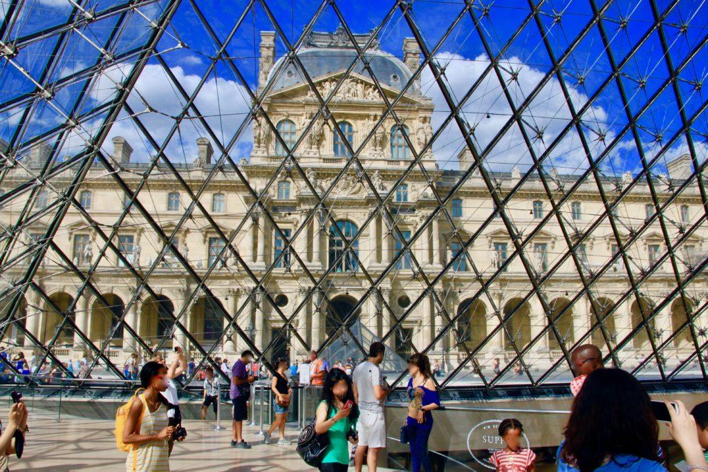 ルーブル美術館のガラスのミラミッド