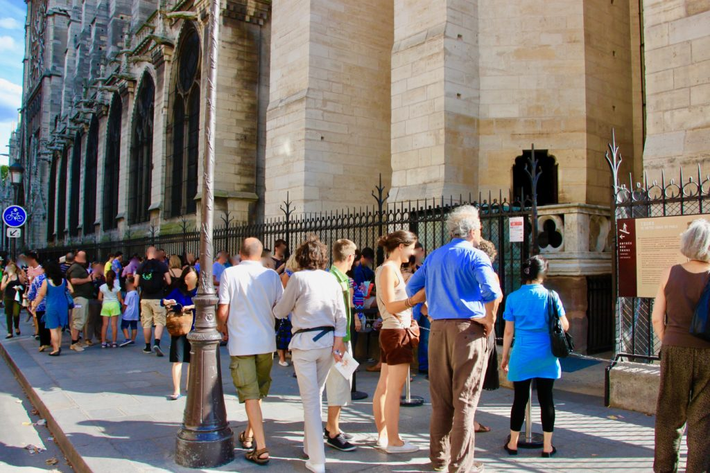 ノートルダム寺院の塔に登る順番待ちの行列