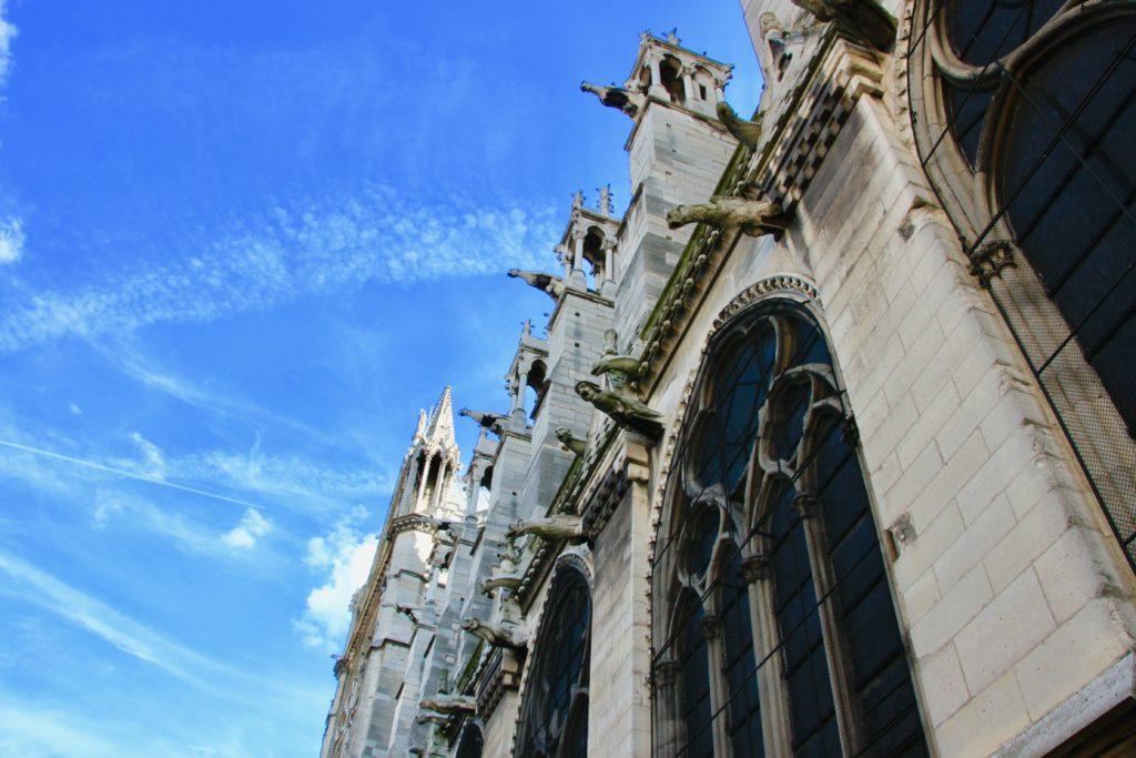 大聖堂の壁面に突き出たガーゴイル