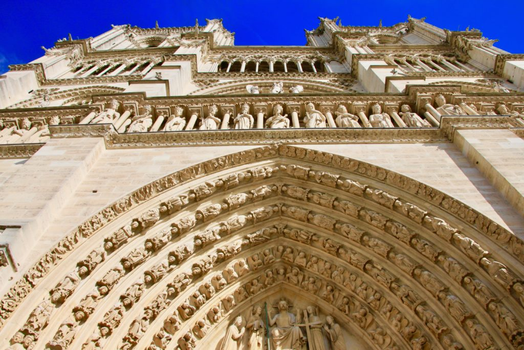 中央門の上部にある「最後の審判」の彫刻