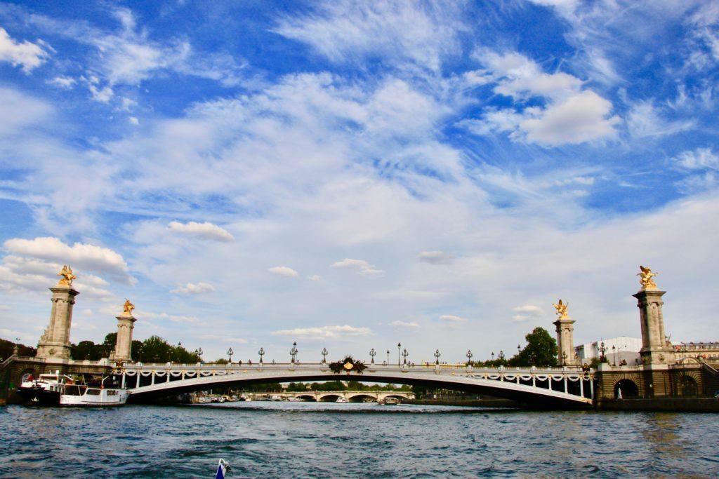 セーヌ河の水上から見たアレクサンドル3世橋