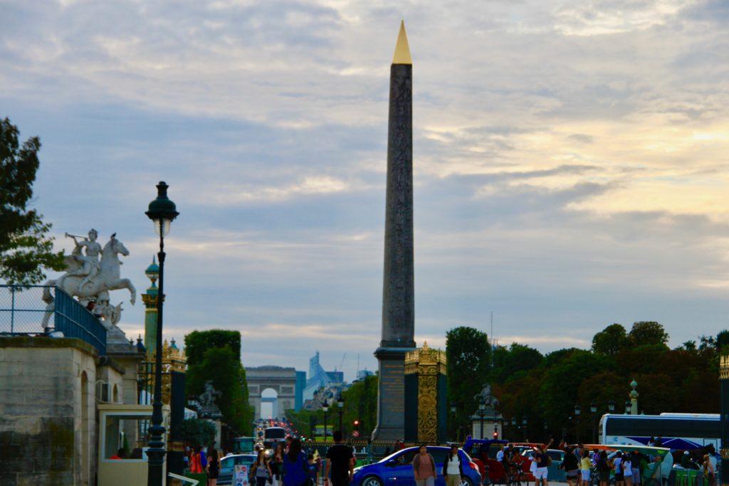 コンコルド広場から見たオベリスクとシャンゼリゼ通りと凱旋門