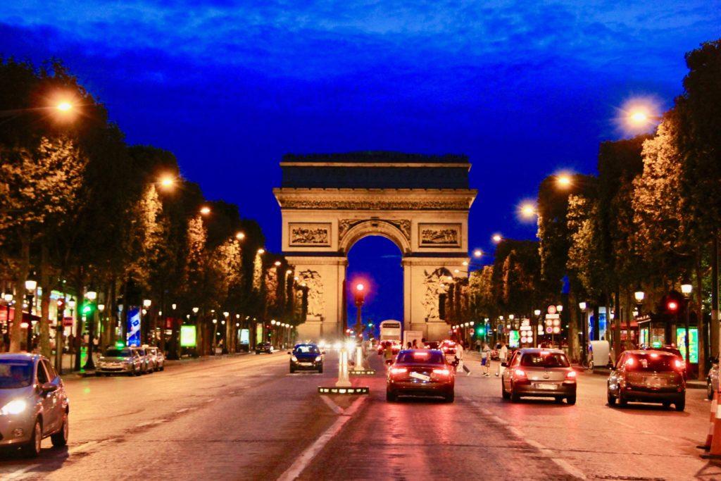 シャンゼリゼ大通りから見た凱旋門の夜景