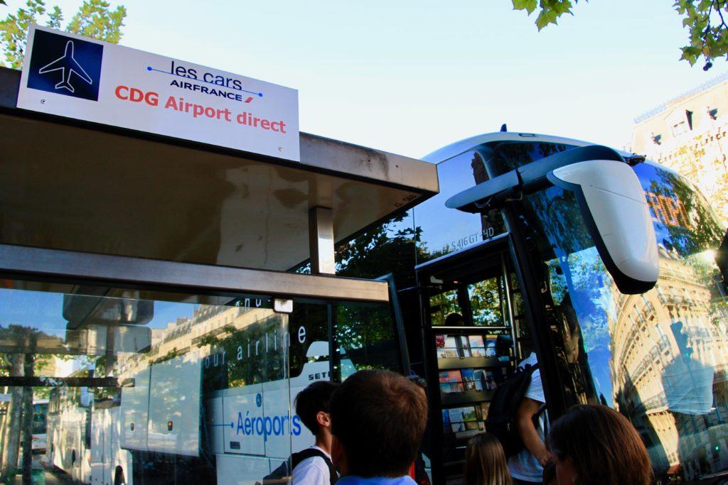 シャルル・ド・ゴール空港行きのバスに乗り込む乗客
