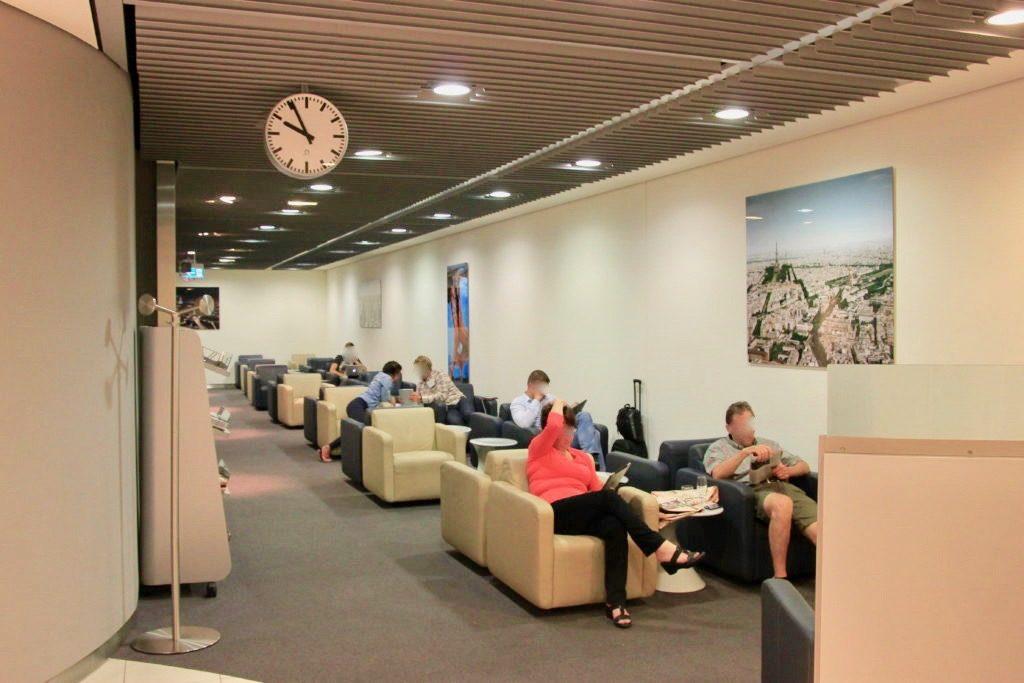 パリの空港のビジネスクラスラウンジ