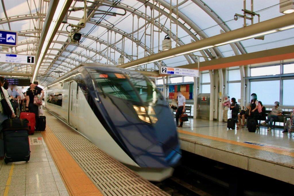 日暮里駅のホームに止まった京成スカイライナー