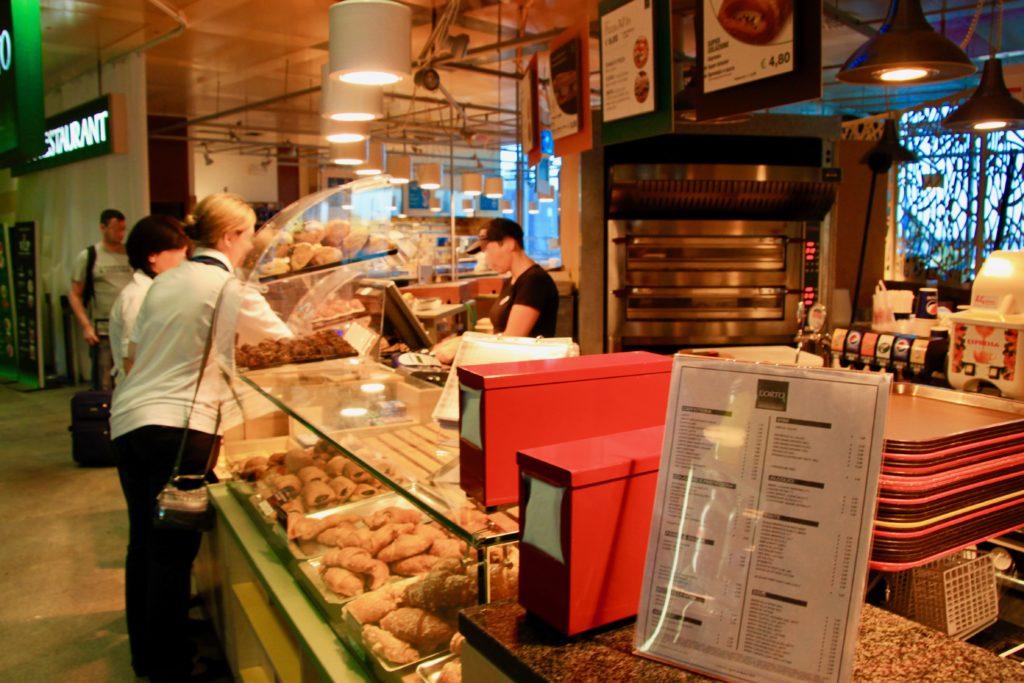 ベネチア空港のカフェで買い物をする人