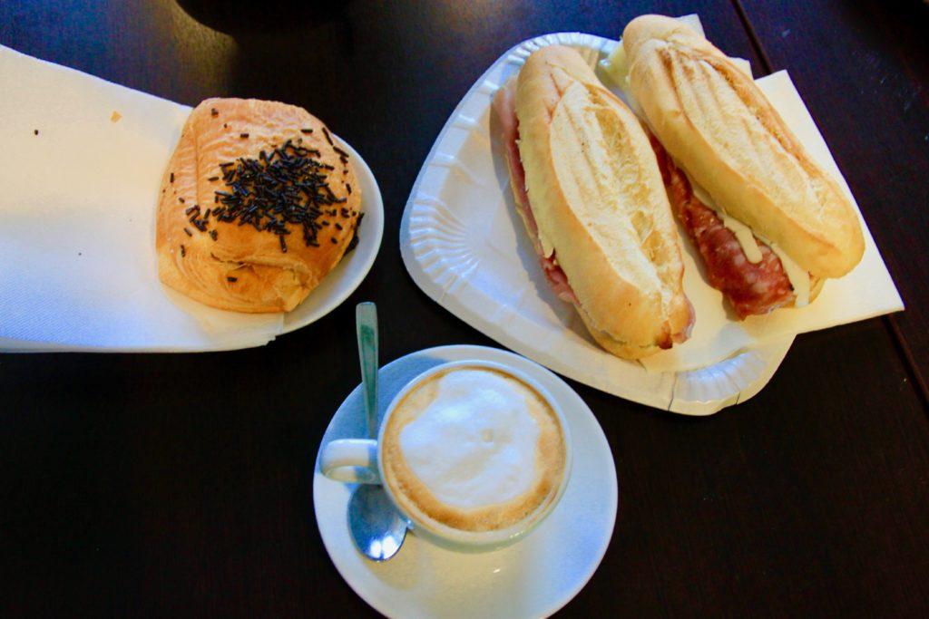 パニーノとクロワッサンとカフェラテ