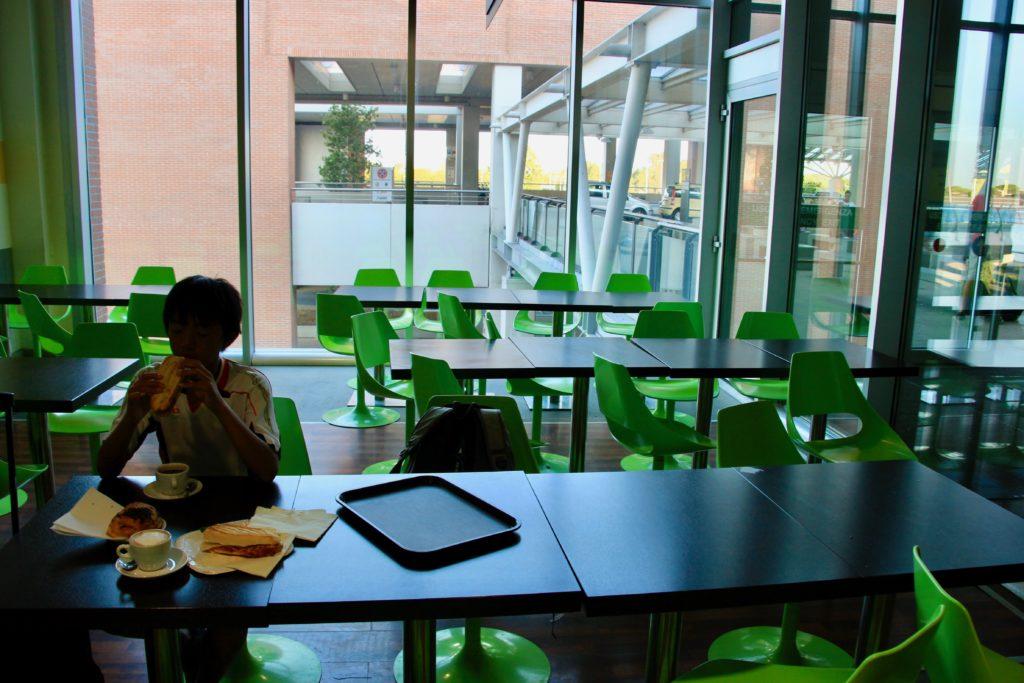 空港内のカフェで朝食を食べる次男
