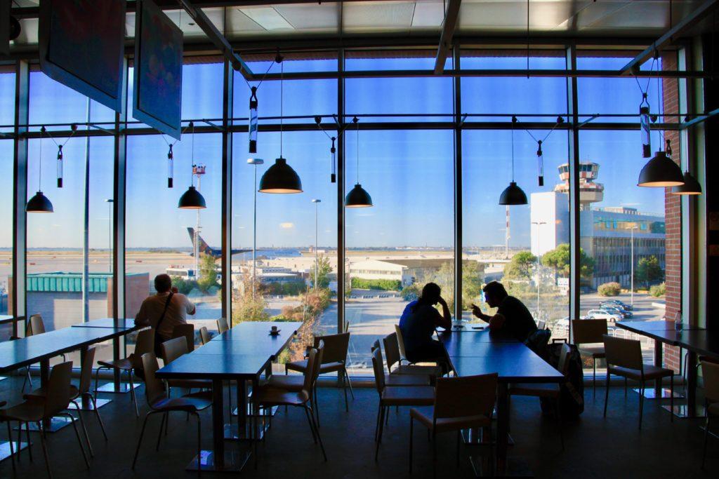 ベネチア空港のカフェテラス