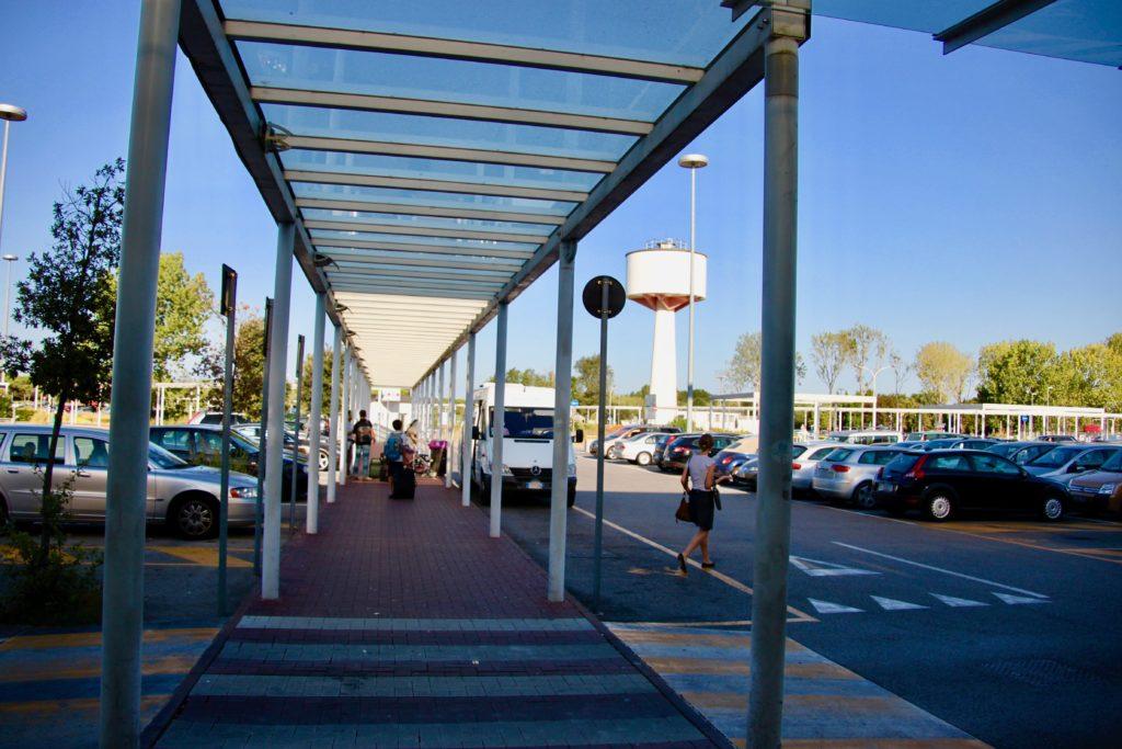 ベネチア空港のレンタカーの駐車場