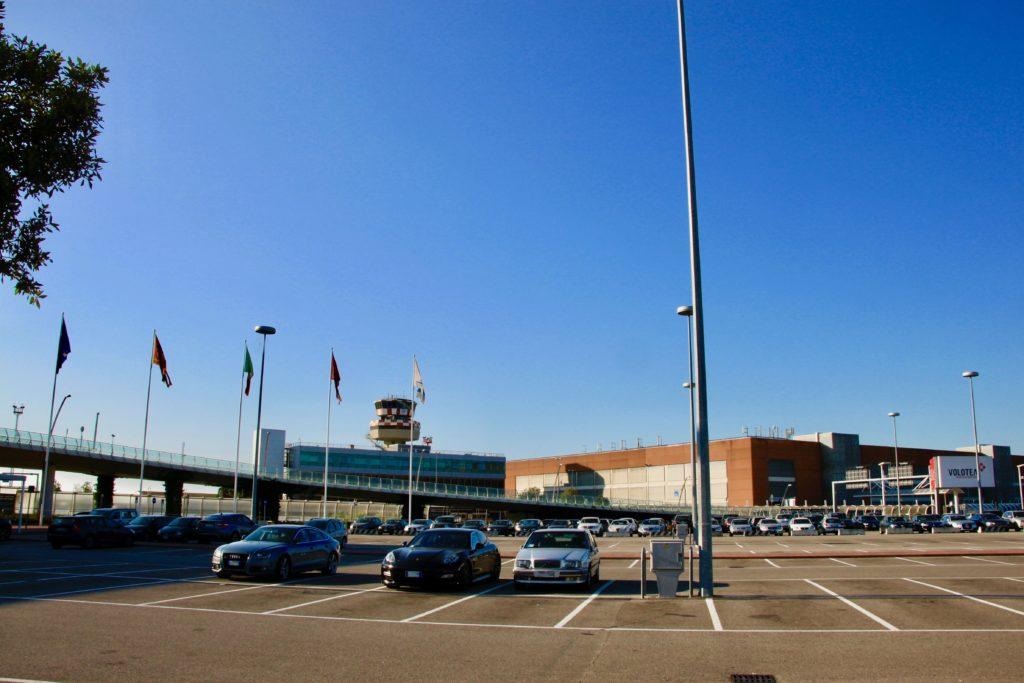 駐車場から見るベネチア空港ターミナルビル