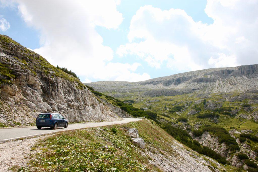 トレチメの山を登るレンタカー