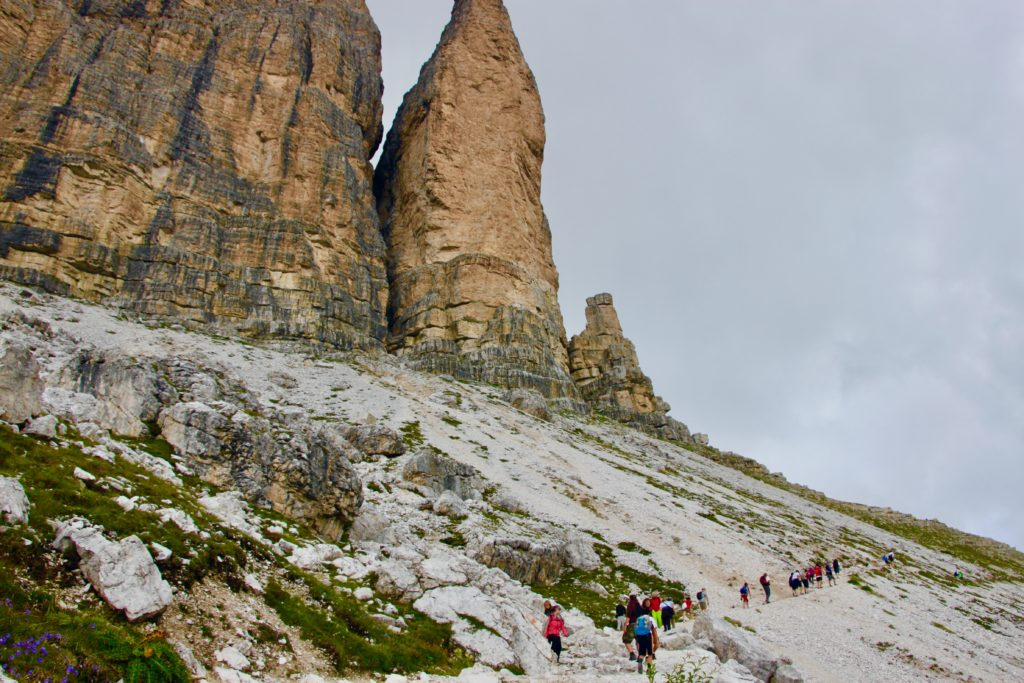 トレチメディラバレードの東斜面のトレイルを登る