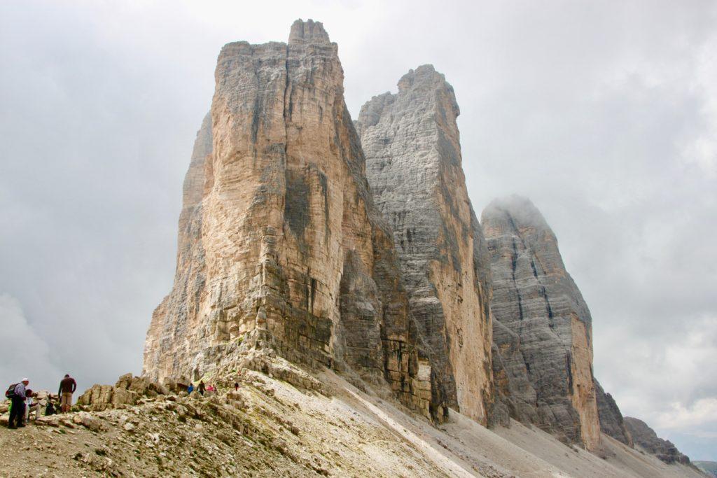 ラバレード峠から見上げるトレチメディラバレードの3峰