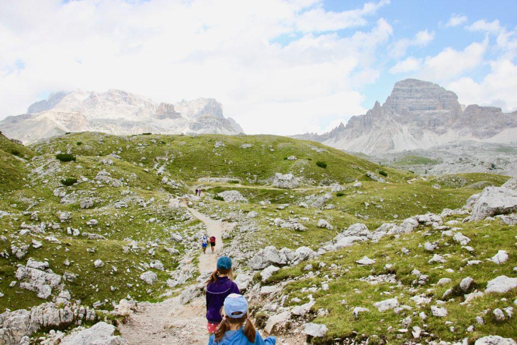 トレチメディラバレード西山麓のトレイルを進む子連れトレッカー