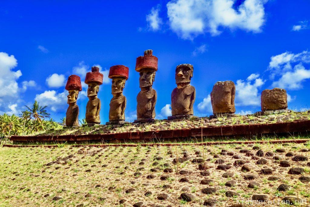 イースター島のアナケナビーチに立つモアイ