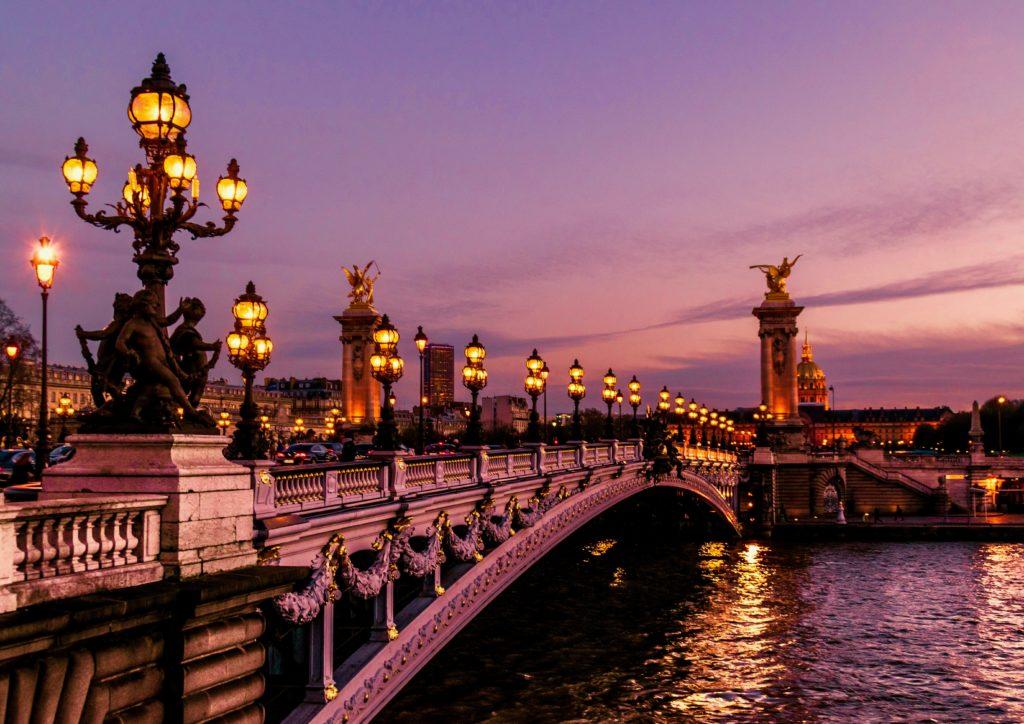 アレクサンドル3世橋とセーヌ河の夜景