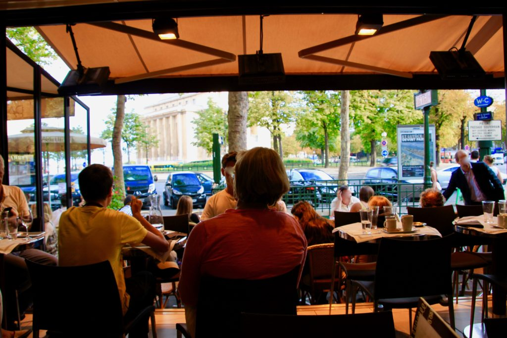 ル・マラコフの店内と店先に見えるトロカデロ広場