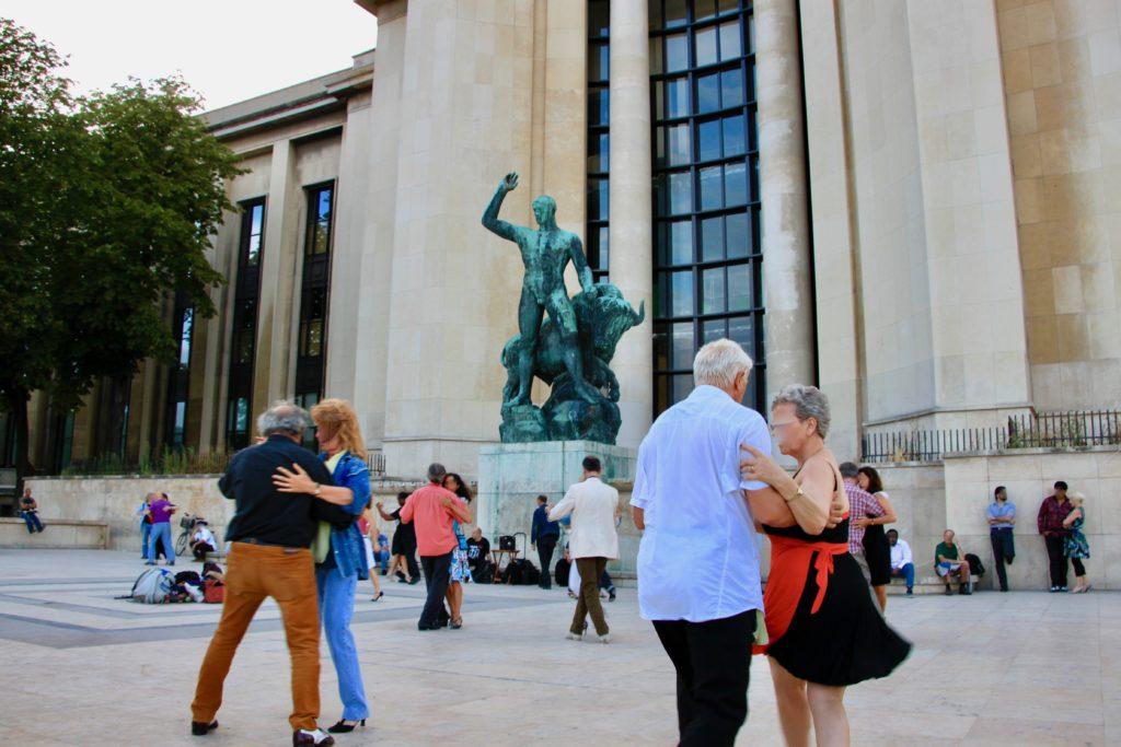 シャイヨー宮の広場でダンスをしながらライトアップを待つ人々